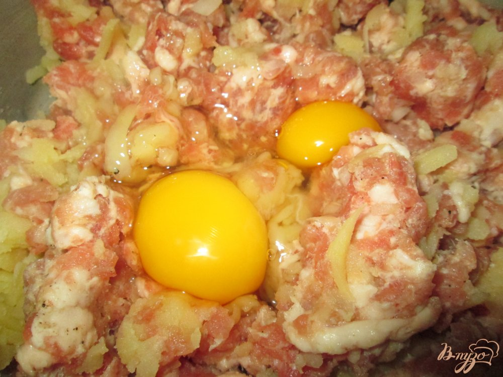 Фото приготовление рецепта: Котлеты из мясного фарша с картофелем шаг №3