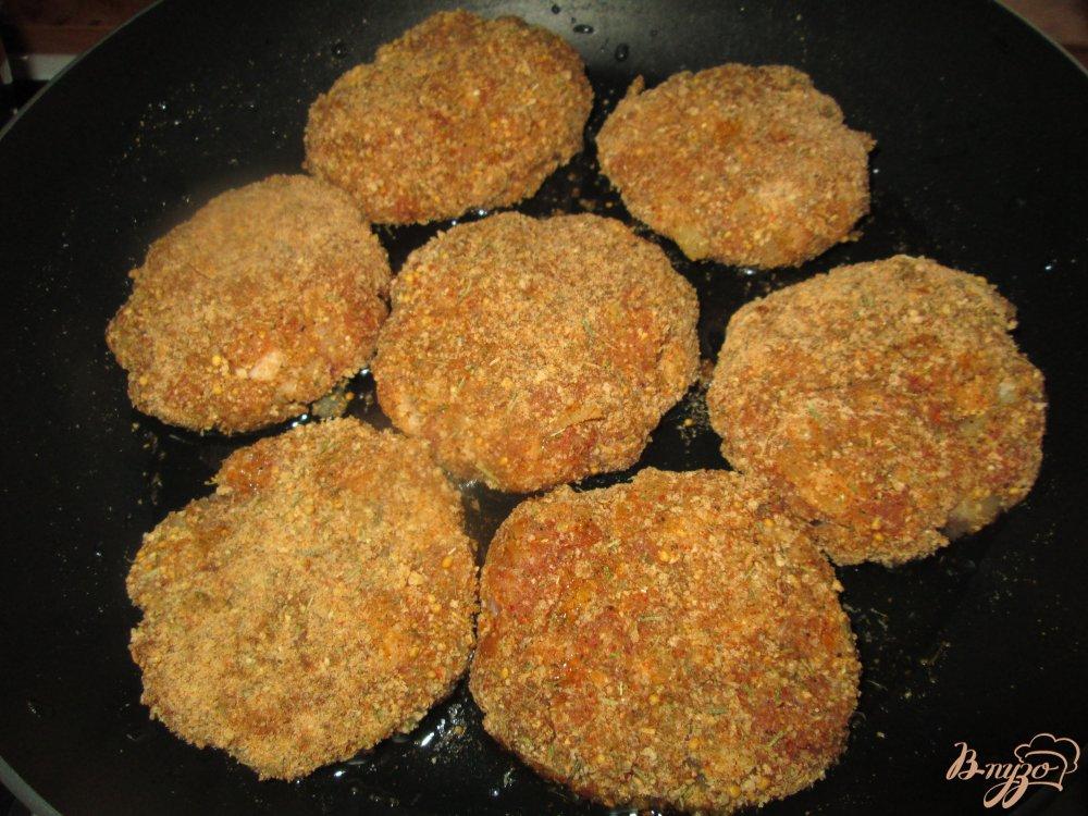 Фото приготовление рецепта: Котлеты из мясного фарша с картофелем шаг №7