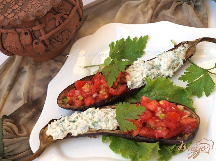 Фото приготовление рецепта: Запечённые баклажаны с томатной сальсой и сметанным соусом шаг №5