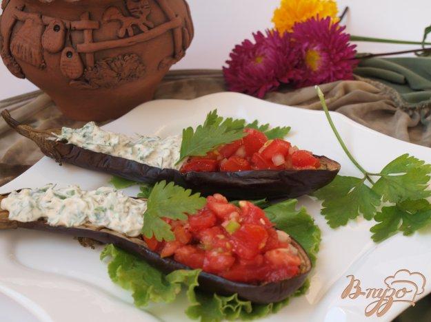 Рецепт Запечённые баклажаны с томатной сальсой и сметанным соусом