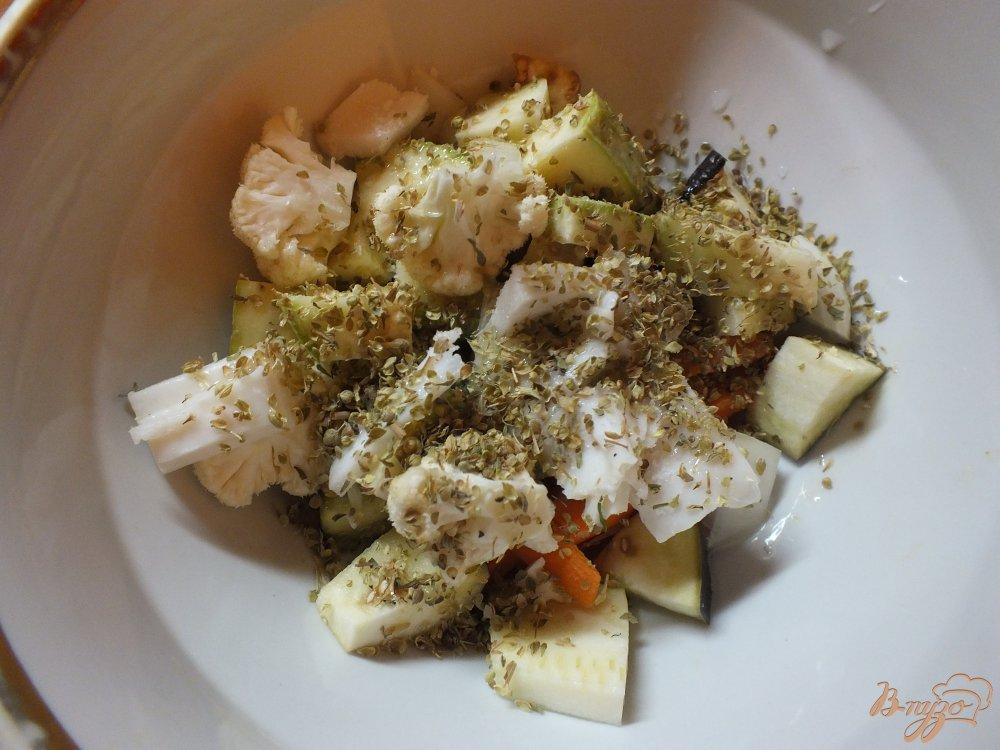 Фото приготовление рецепта: Салат с печеной морковью и салом в духовке шаг №7