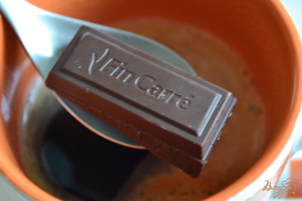 Фото приготовление рецепта: Кофе с имбирем,  шоколадом и взбитыми сливками шаг №5
