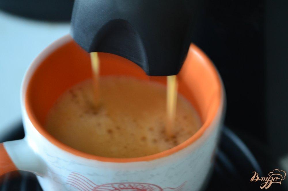 Фото приготовление рецепта: Кофе с имбирем,  шоколадом и взбитыми сливками шаг №3