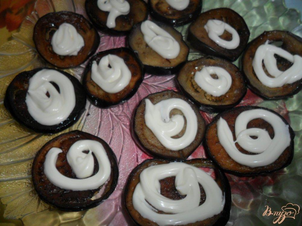 Фото приготовление рецепта: Закуска из баклажанов с колбасой и помидором шаг №3