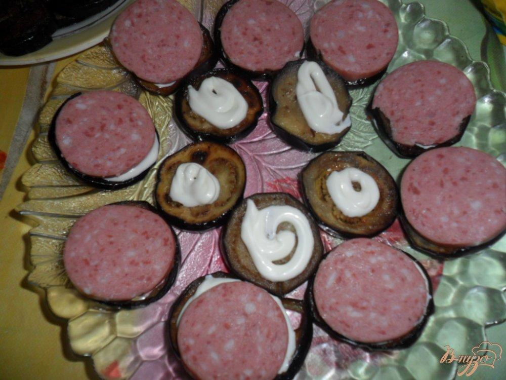 Фото приготовление рецепта: Закуска из баклажанов с колбасой и помидором шаг №4
