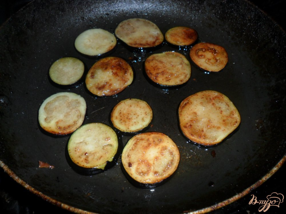 Фото приготовление рецепта: Закуска из баклажанов с колбасой и помидором шаг №2