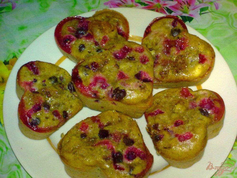 Фото приготовление рецепта: Кексы с виноградом и шоколадом шаг №5