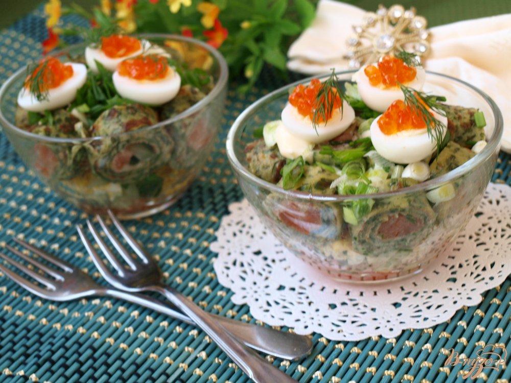 Фото приготовление рецепта: Салат с блинчиками с сёмгой и овощами шаг №5