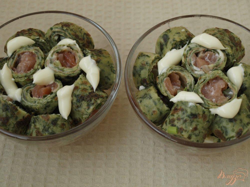 Фото приготовление рецепта: Салат с блинчиками с сёмгой и овощами шаг №4