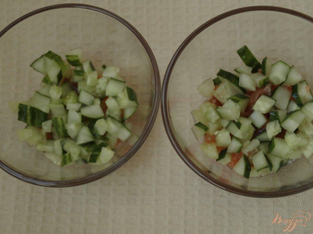 Фото приготовление рецепта: Салат с блинчиками с сёмгой и овощами шаг №3