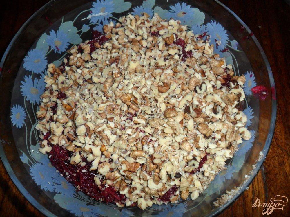 Фото приготовление рецепта: Свекольный салат с чеснаком и орехами шаг №3
