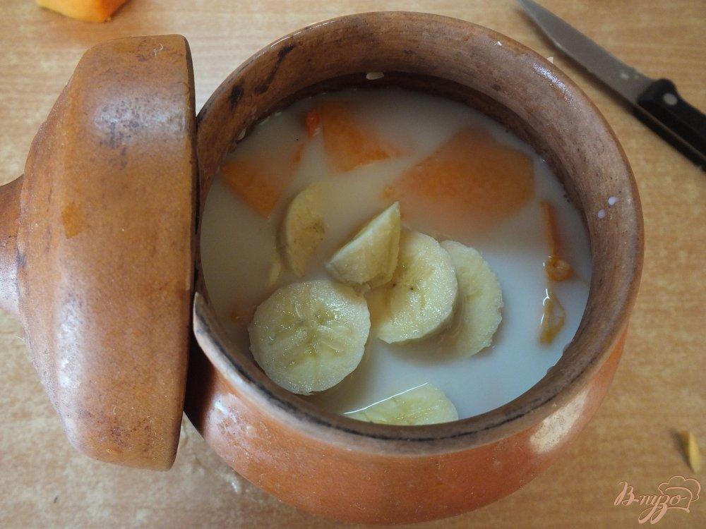 Фото приготовление рецепта: Тыквенная каша на молоке с бананом шаг №5