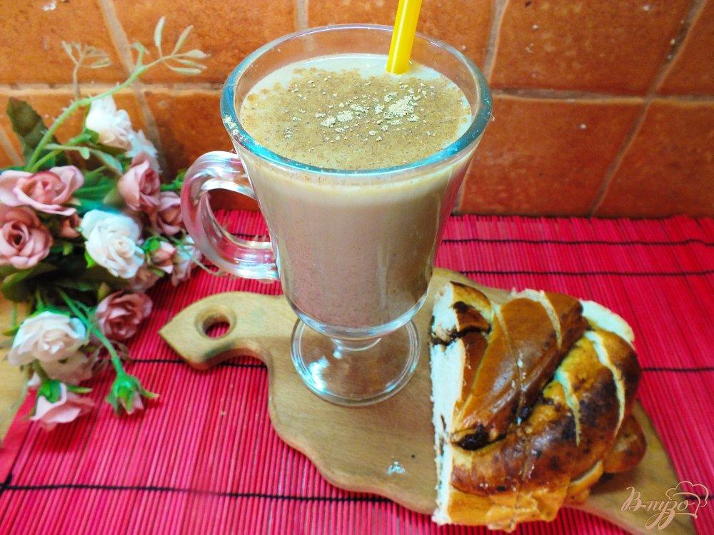 Фото приготовление рецепта: Горячий кофейный коктейль с медом, сливовым сиропом и виски шаг №8