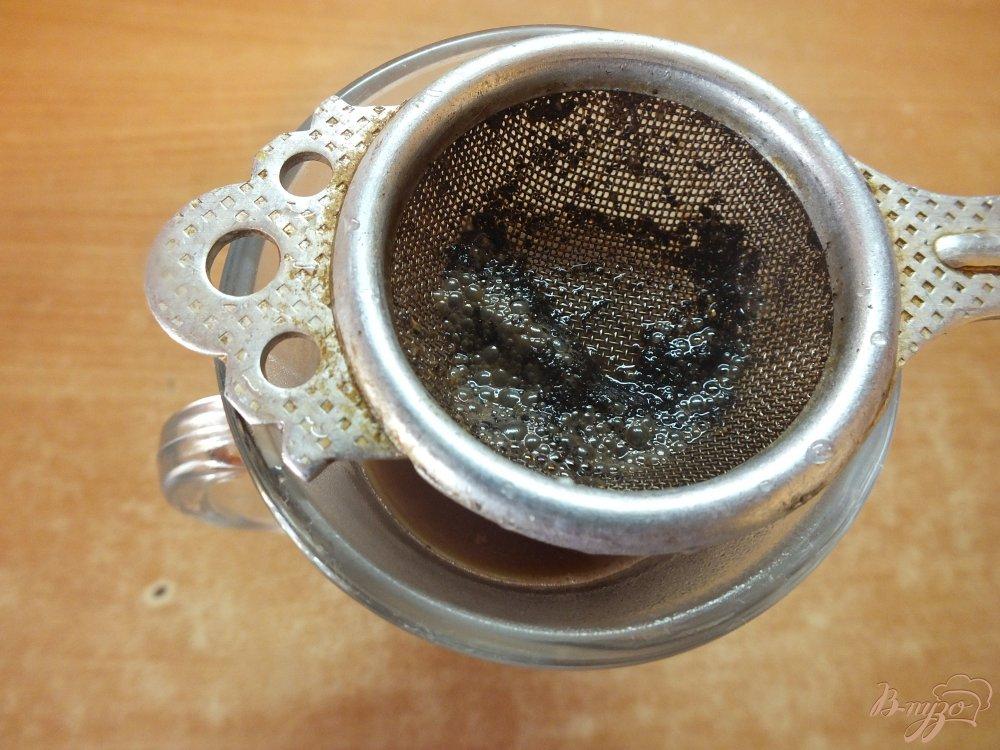 Фото приготовление рецепта: Горячий кофейный коктейль с медом, сливовым сиропом и виски шаг №5