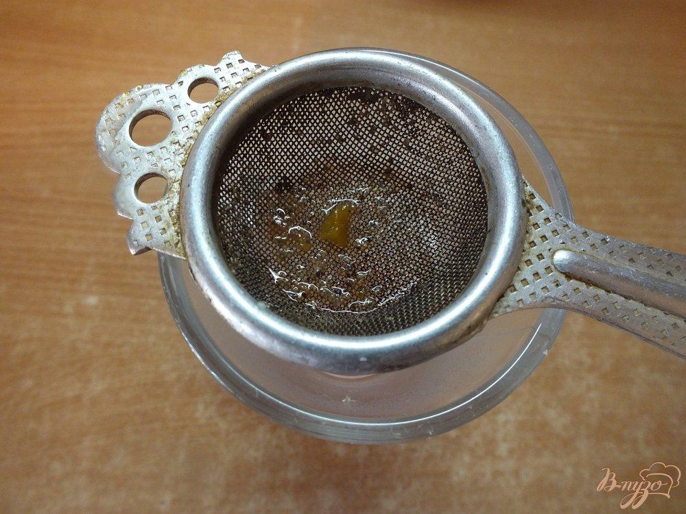 Фото приготовление рецепта: Горячий кофейный коктейль с медом, сливовым сиропом и виски шаг №4