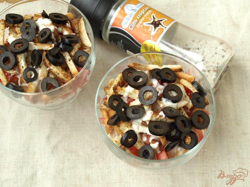 Фото приготовление рецепта: Салат с помидорами, маслинами и сухариками шаг №2