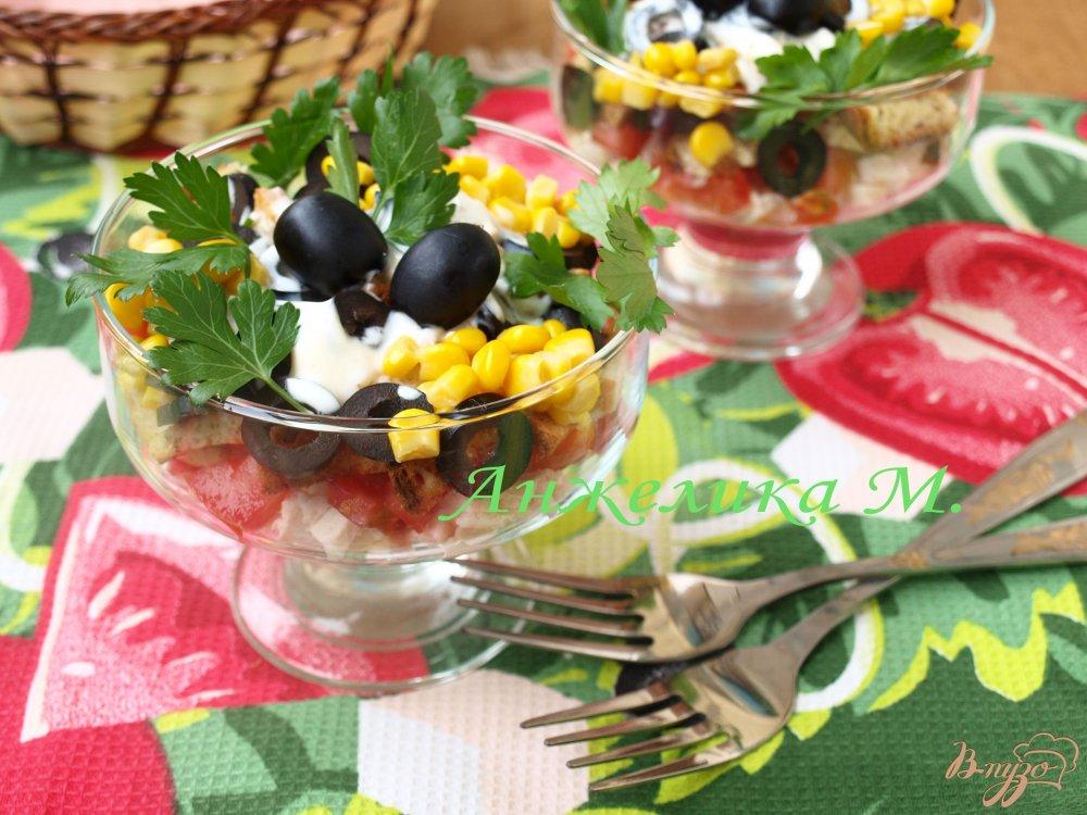 Фото приготовление рецепта: Салат с помидорами, маслинами и сухариками шаг №4