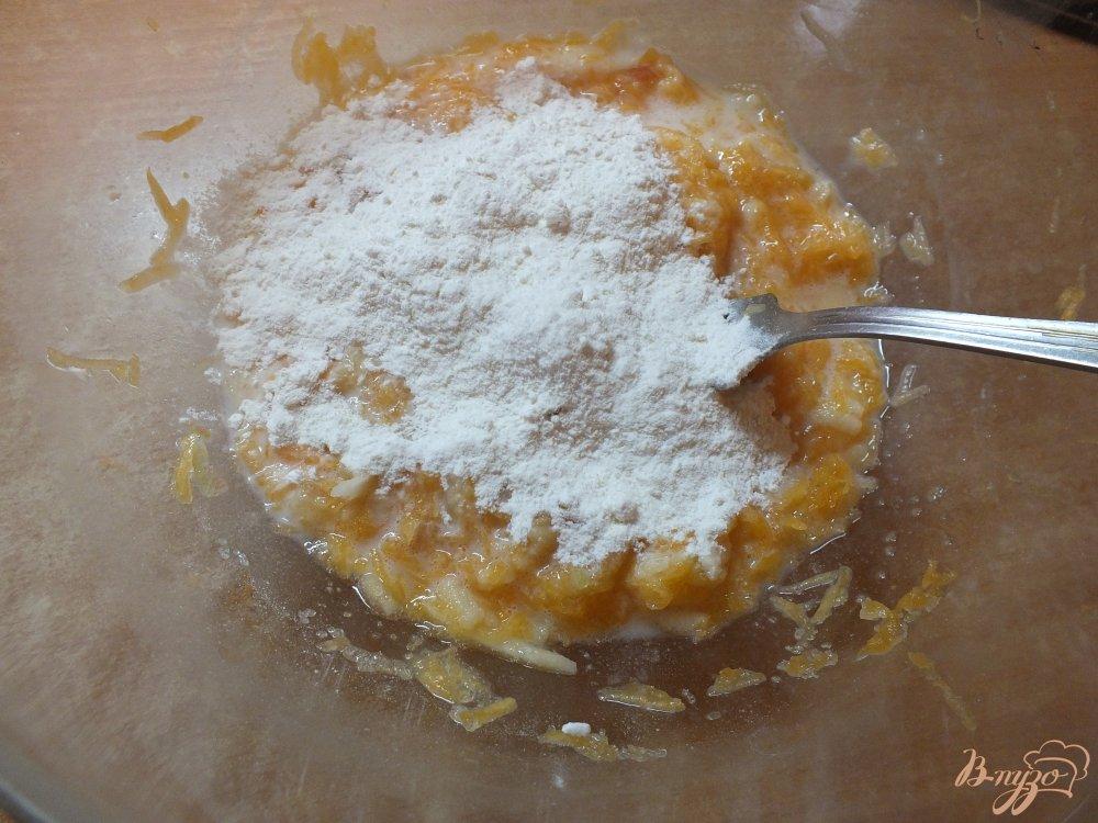 Фото приготовление рецепта: Тыквенно-яблочные оладьи на молоке шаг №6