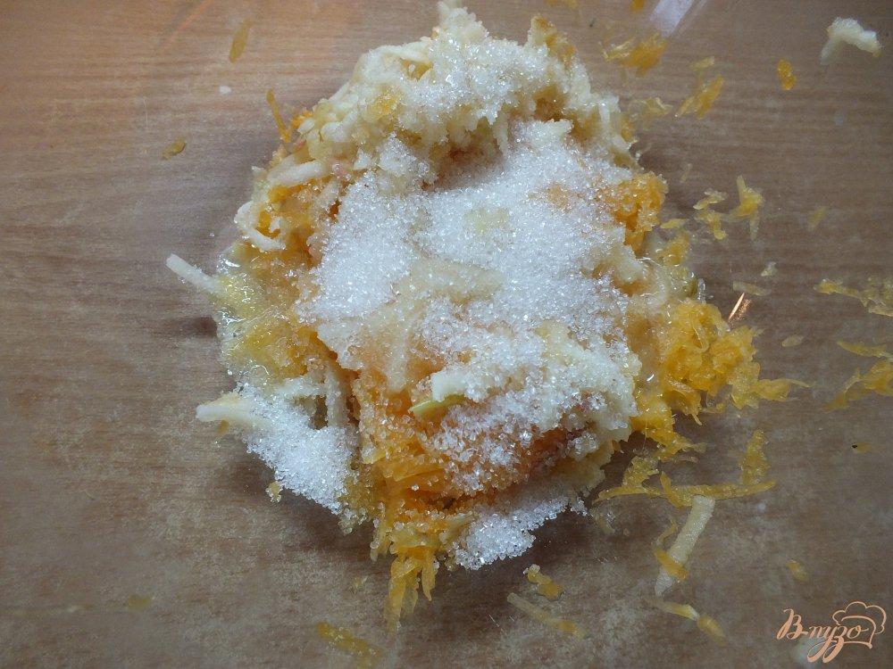 Фото приготовление рецепта: Тыквенно-яблочные оладьи на молоке шаг №4