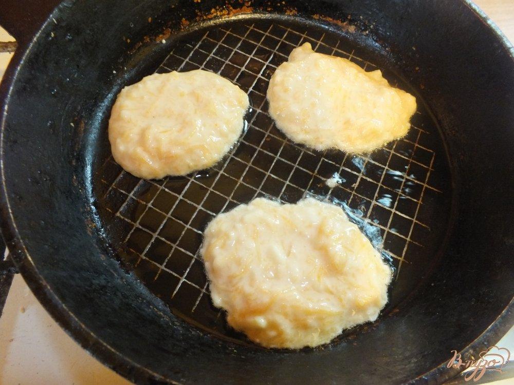 Фото приготовление рецепта: Тыквенно-яблочные оладьи на молоке шаг №7