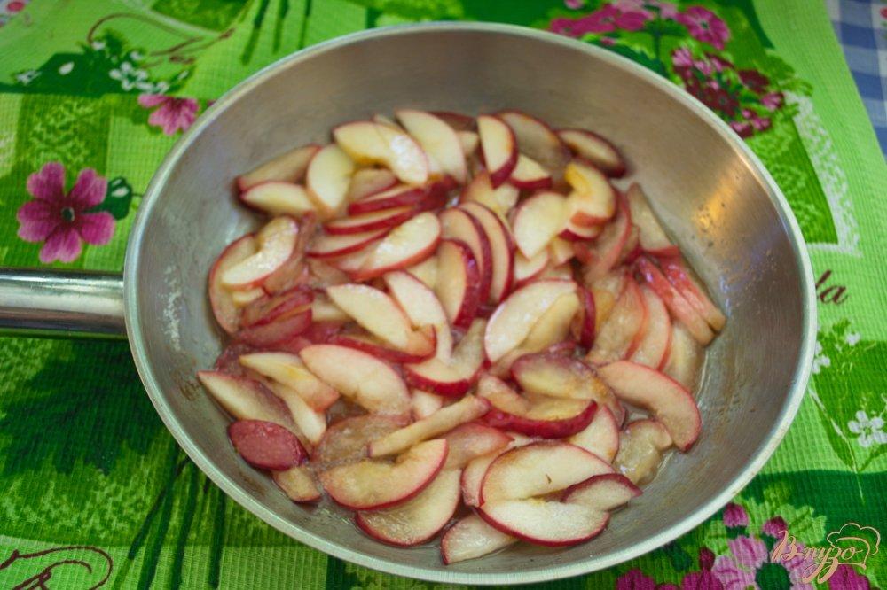 Шоколадный манник с яблоком и карамелью