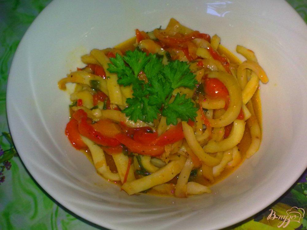 Фото приготовление рецепта: Кальмары с овощами тушеные в нежном соусе шаг №7