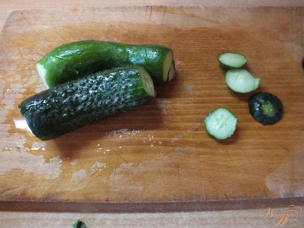 Фото приготовление рецепта: Салат из огурца с лаймом и кинзой шаг №2