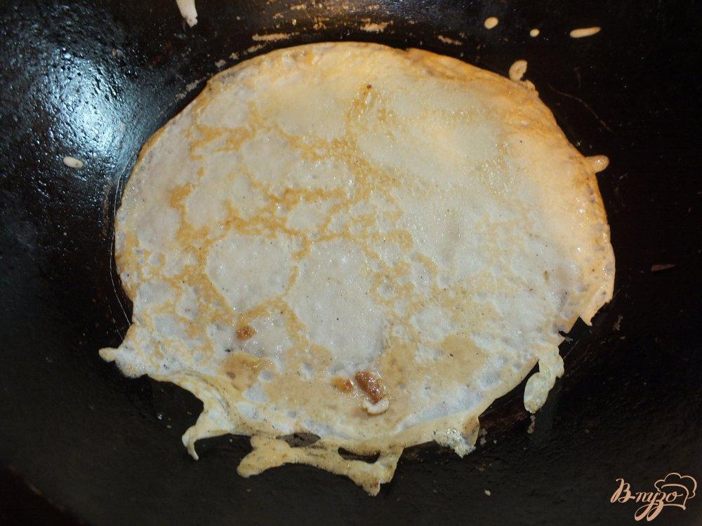 Фото приготовление рецепта: Мясные блины с помидором шаг №6