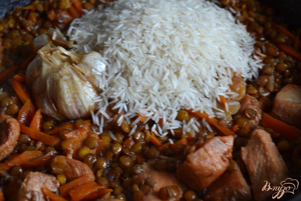 Фото приготовление рецепта: Плов с куриным мясом и чечевицей шаг №6