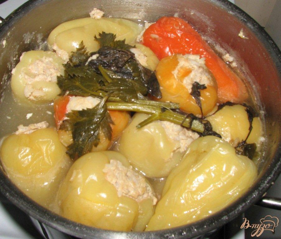 Фото приготовление рецепта: Фаршированный перец с листьями сельдерея шаг №6