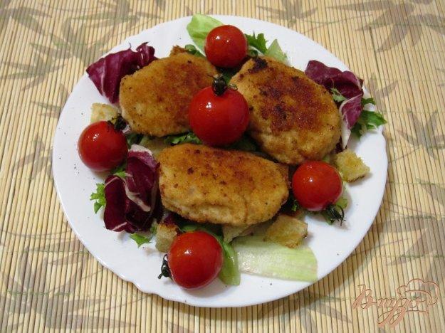 Рецепт Куриные котлеты с помидорами и салатом