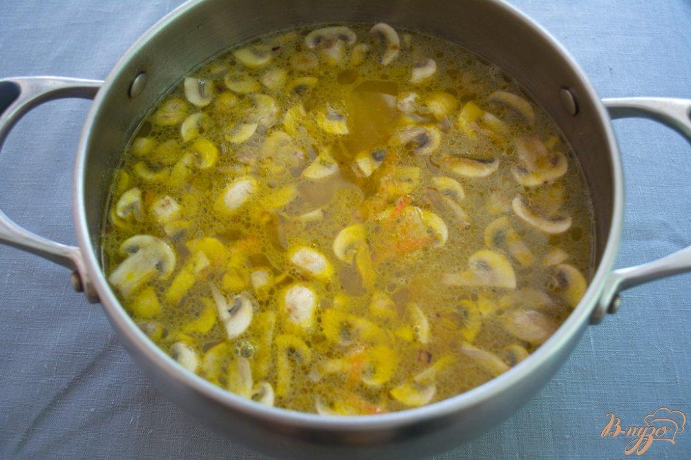 Фото приготовление рецепта: Густой рассольник с курицей и грибами шаг №6