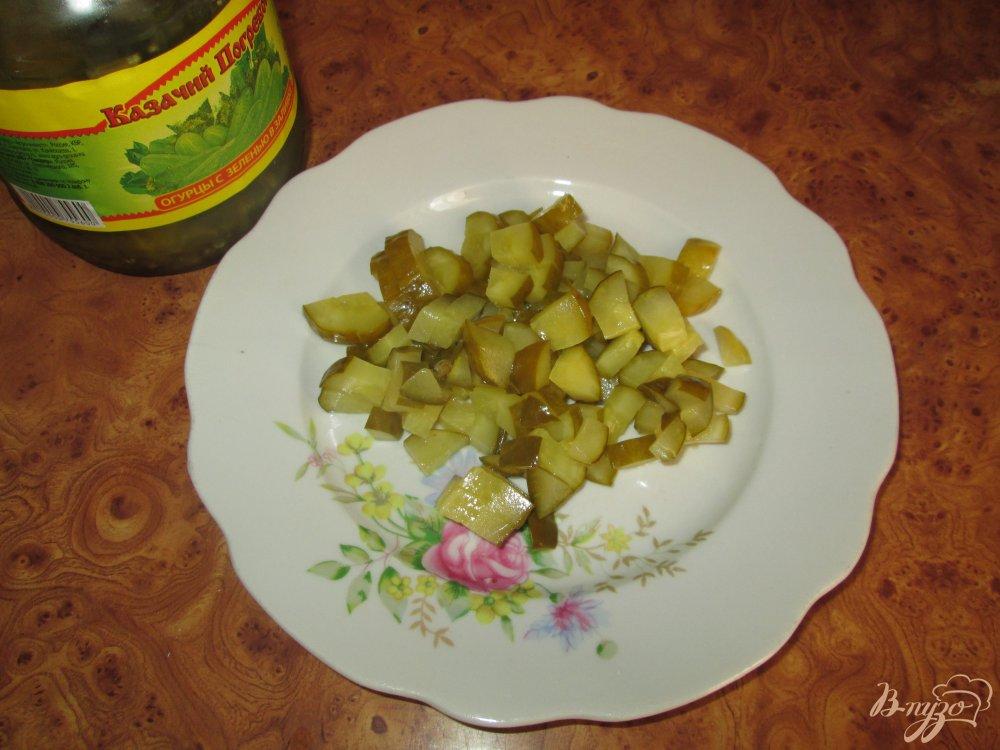 Фото приготовление рецепта: Картофельный салат с маринованными огурчиками и колбасой шаг №3