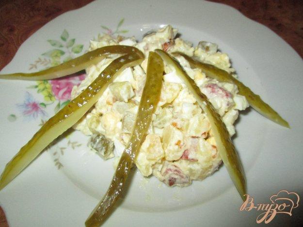 фото рецепта: Картофельный салат с маринованными огурчиками и колбасой