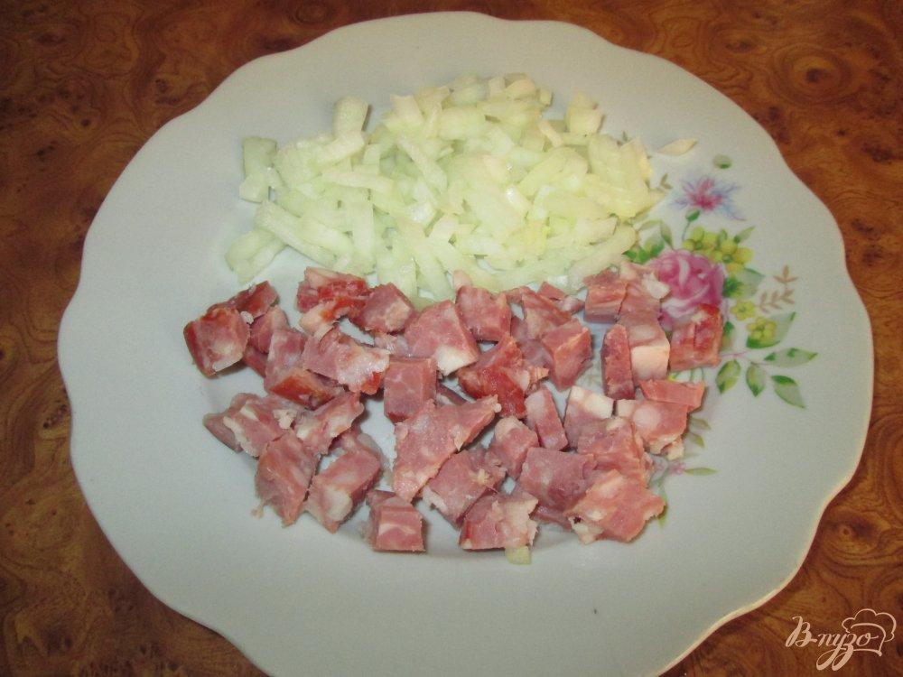 Фото приготовление рецепта: Картофельный салат с маринованными огурчиками и колбасой шаг №1