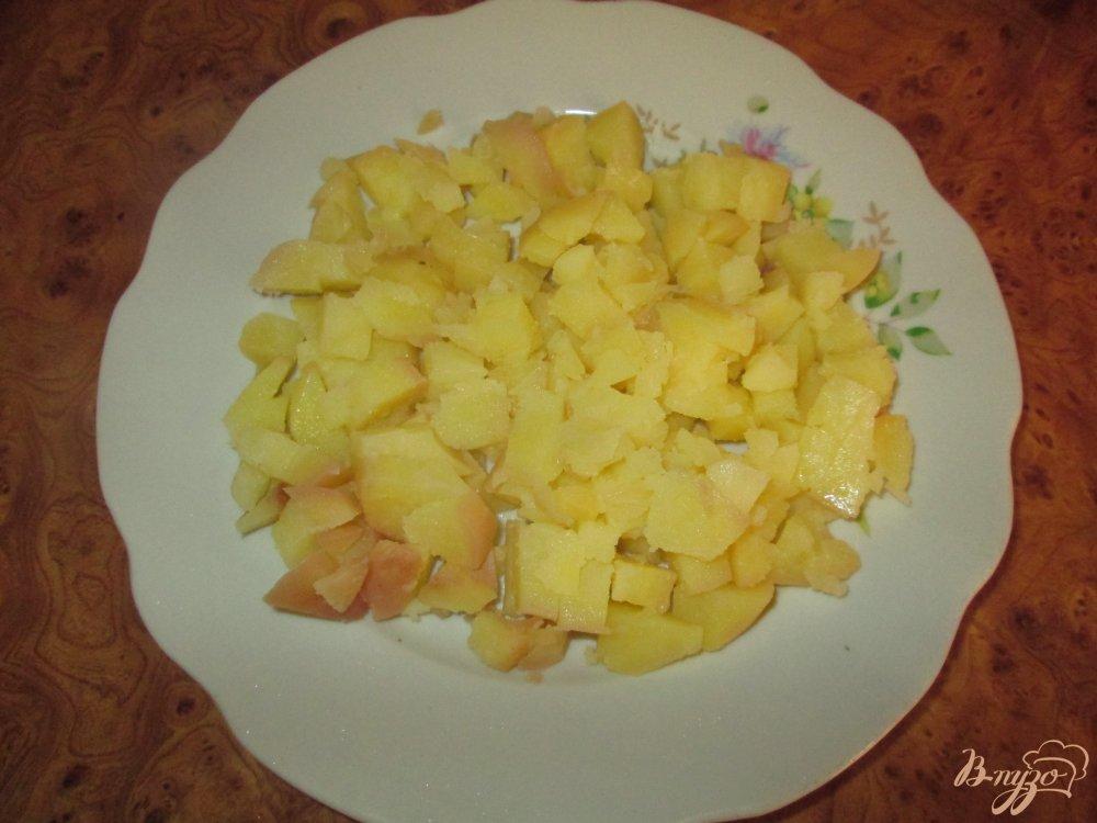 Фото приготовление рецепта: Картофельный салат с маринованными огурчиками и колбасой шаг №5