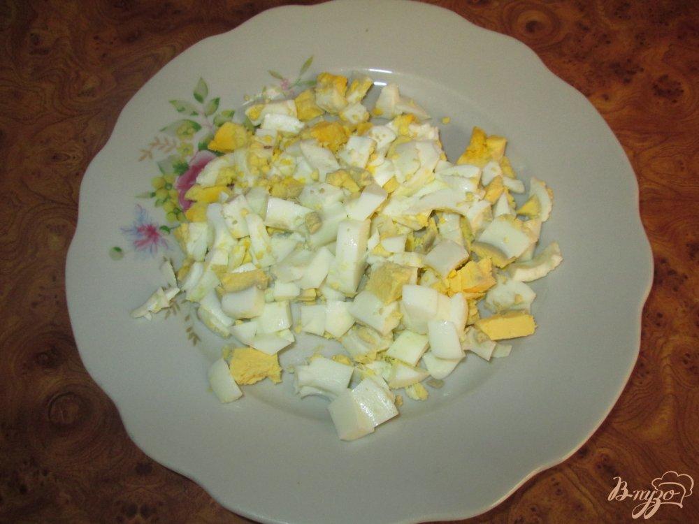 Фото приготовление рецепта: Картофельный салат с маринованными огурчиками и колбасой шаг №4