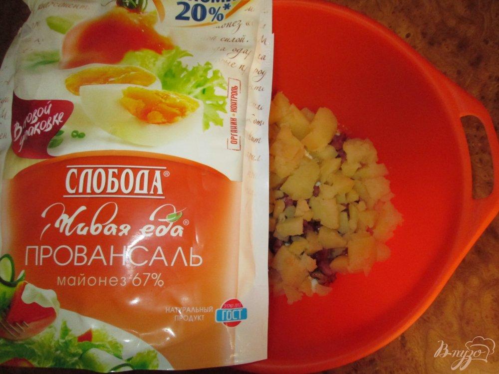 Фото приготовление рецепта: Картофельный салат с маринованными огурчиками и колбасой шаг №6