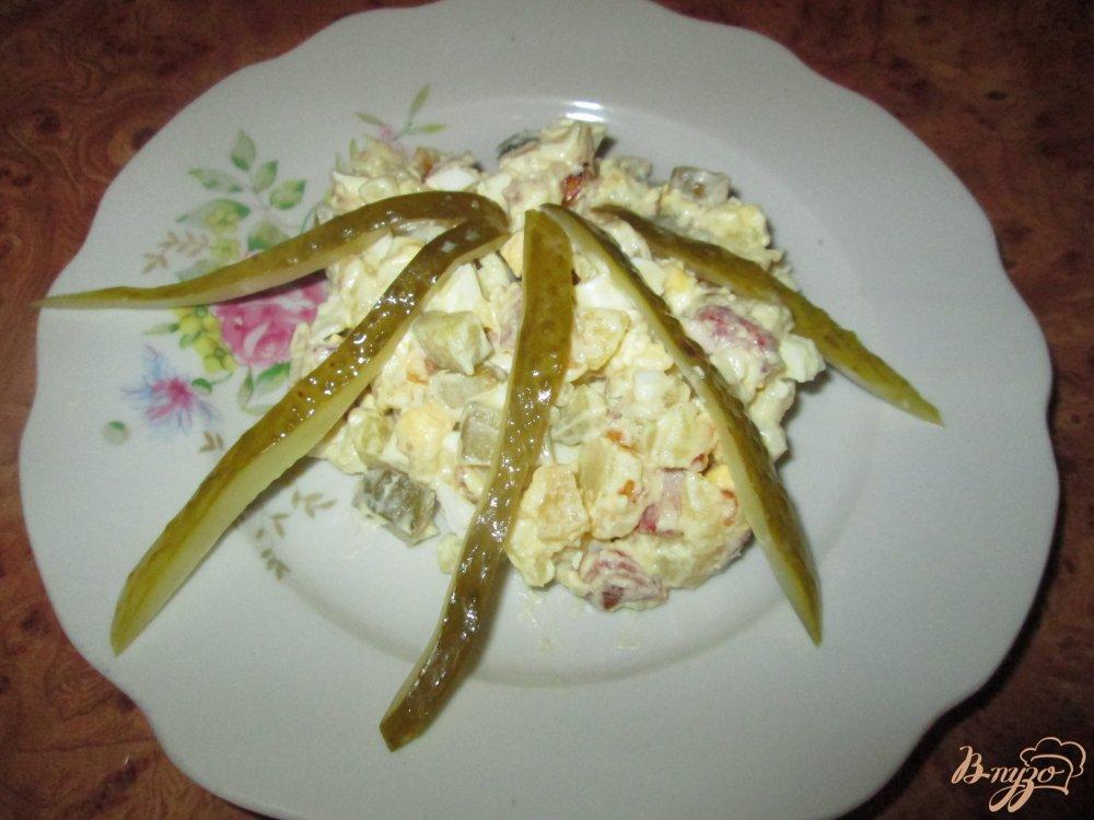 Фото приготовление рецепта: Картофельный салат с маринованными огурчиками и колбасой шаг №8