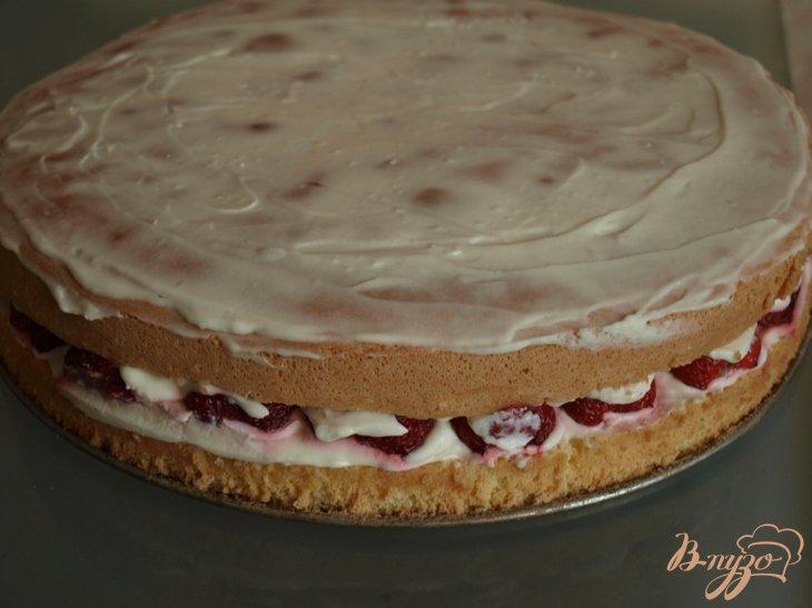 Фото приготовление рецепта: Торт с клубникой и сливками шаг №8