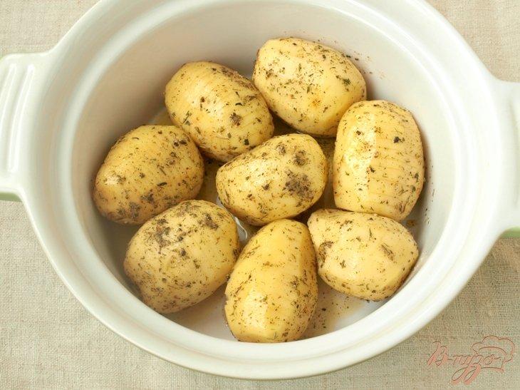 Фото приготовление рецепта: Картофель,запечённый в духовке с ароматными травами шаг №3