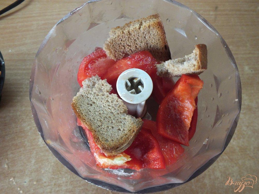 Фото приготовление рецепта: Холодный красный суп-пюре с серым хлебом шаг №5