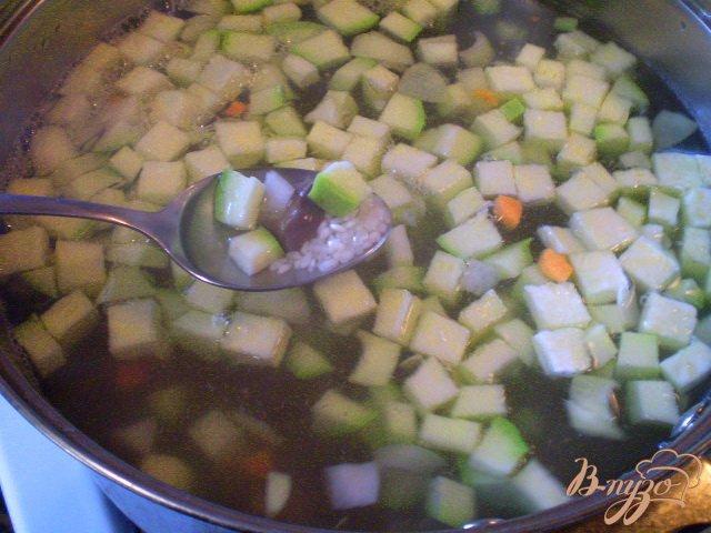 Фото приготовление рецепта: Рисовый суп с кабачком на пупках шаг №4
