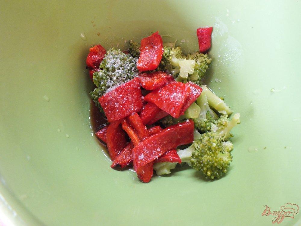 Фото приготовление рецепта: Салат из отварной брокколи и печеного перца шаг №6