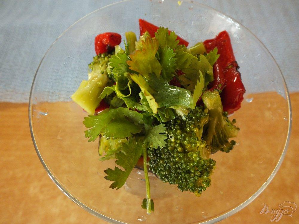 Фото приготовление рецепта: Салат из отварной брокколи и печеного перца шаг №7