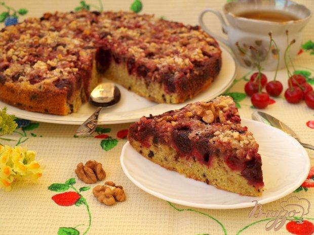 Пирог с вишнями, шоколадом и грецкими орехами