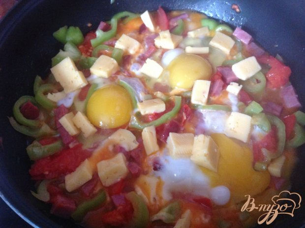 Яйца с сыром, беконом и овощами