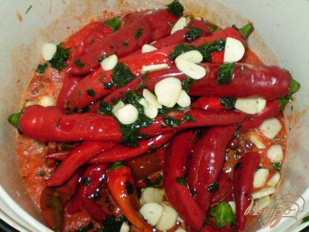 Горький перец в томате с чесноком и зеленью