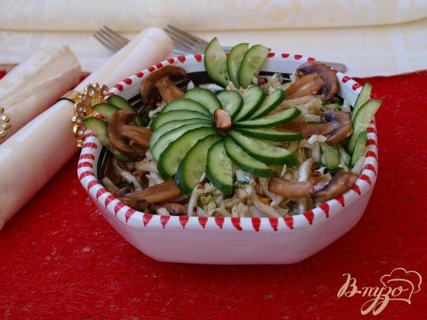 Салат с пекинской капустой,сырыми шампиньонами и фисташками