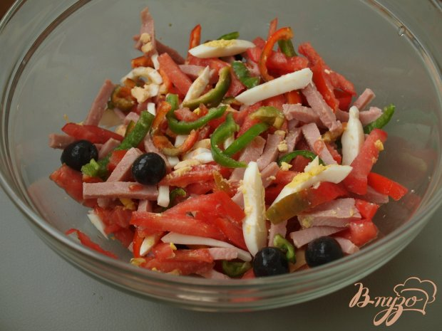 Салат с помидорами, перцем, ветчиной и маслинами